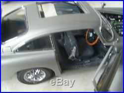 Danbury Mint Aston Martin DB5 James Bond 007 diecast model car with display case